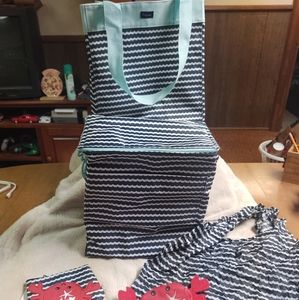 Lot of 4 thirty-one scallop crab thermal & tote